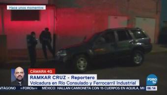 Vuelca vehículo en Río Consulado y Ferrocarril Industrial, CDMX
