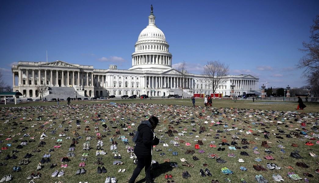 Activistas recuerdan con miles de zapatos a víctimas de tiroteos en EU