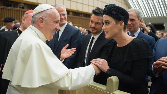 El papa saluda a Katy Perry, Orlando Bloom y Peter Gabriel