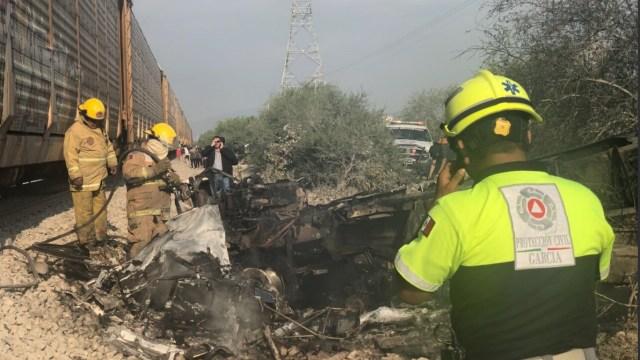 Muere chofer al intentar ganarle el paso a un tren en NL