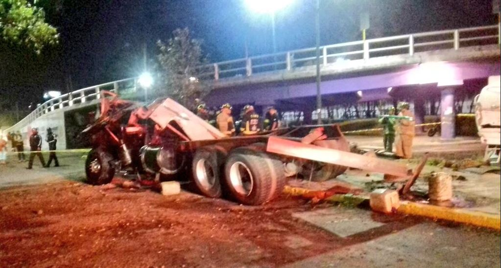 Muere conductor de pipa que cayó de un puente en Iztapalapa ...