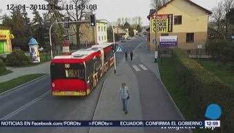 Adolescente estuvo a punto de ser arrollada por autobús en Polonia