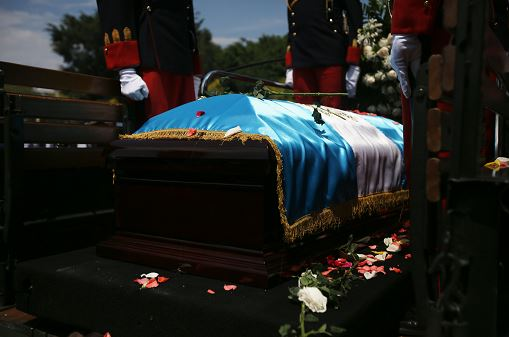Llevan cuerpo del expresidente Arzú al Palacio Municipal de Guatemala