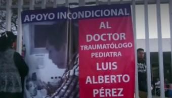 """Médicos capitalinos protestan con moño azul contra """"criminalización médica"""""""