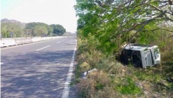 Volcadura de autobús de pasajeros deja tres heridos en Actopan