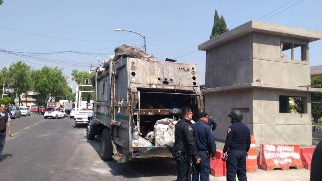 Aseguran cosméticos robados dentro de un camión de basura en Tepito