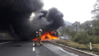 Bomberos combaten incendio tras choque de tráiler en la carretera Xalapa Perote