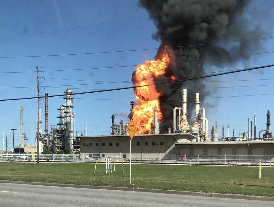 Bomberos controlan incendio en refinería de Houston