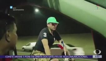 Ciclista del Viaducto Miguel Alemán es captado ahora sobre Periférico, CDMX