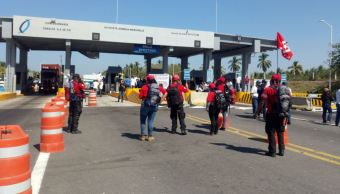 Manifestantes toman caseta de peaje en Cuyutlán, Colima