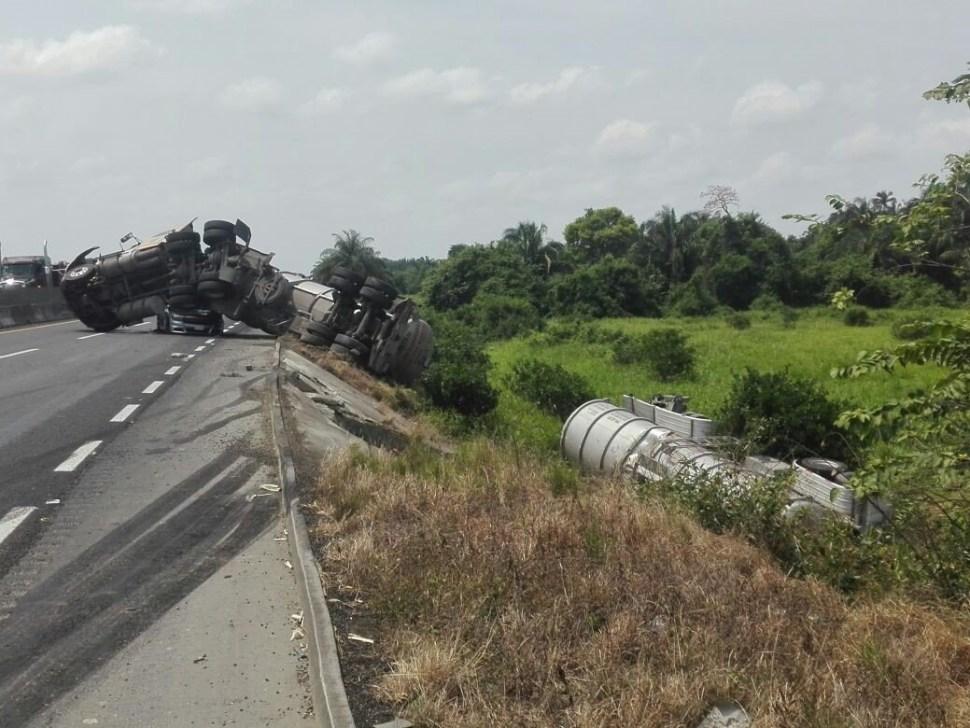 Vuelca tractocamión y aplasta vehículo en carretera de Veracruz; no hay lesionados