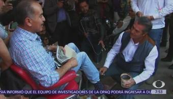 'El Bronco' bolea los zapatos de un hombre en el centro de Toluca