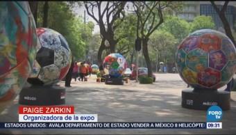 Exponen balones de futbol en Paseo de la Reforma, CDMX