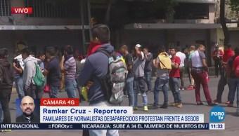 Familiares de normalistas desaparecidos se manifiestan en Bucareli, CDMX