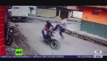 Hombre derriba, con una patada, a un asaltante en motocicleta