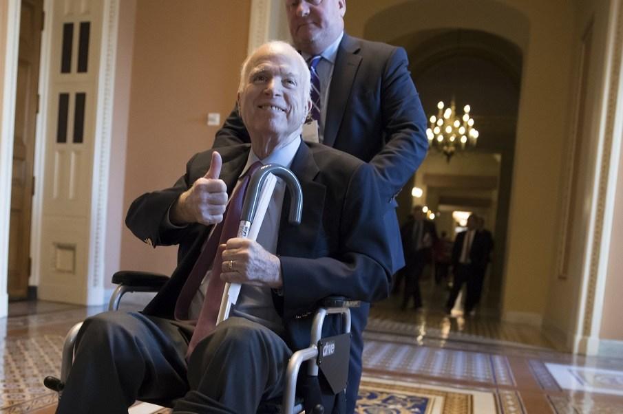 Hospitalizan senador John Mccain infección intestinal