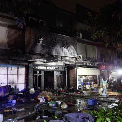 Detienen a sospechoso de incendio en karaoke de China que dejó 18 muertos