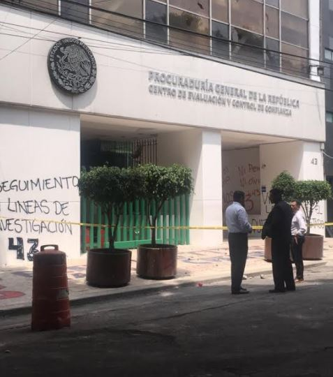 Familiares de los 43 vandalizaron oficinas de la PGR