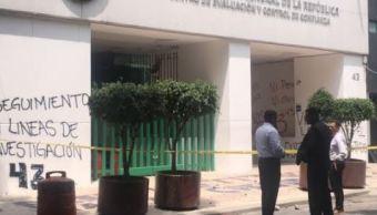 Manifestantes vandalizan instalaciones de la PGR en CDMX