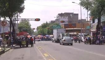 Manifestantes bloquean la avenida Bucareli, CDMX. (Noticieros Televisa)
