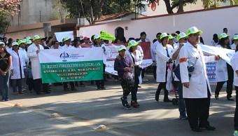 Médicos de siete ciudades exigen liberación de colega detenido por presunta negligencia