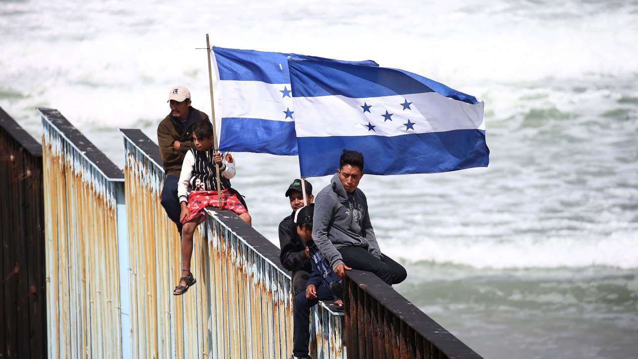 Migrantes acampan frontera mexicana espera ingresar Estados Unidos