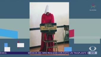 Mujeres vestidas de criadas votan en Costa Rica