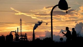 Precios del petróleo caen ante posible alza en reservas