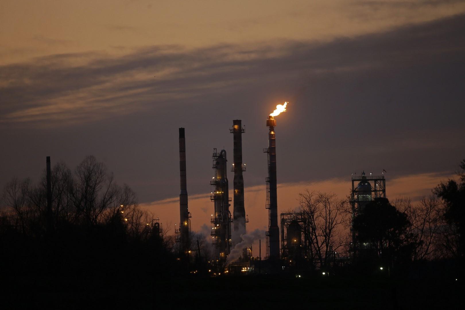 Trump califica de artificial el alza del precio del petróleo