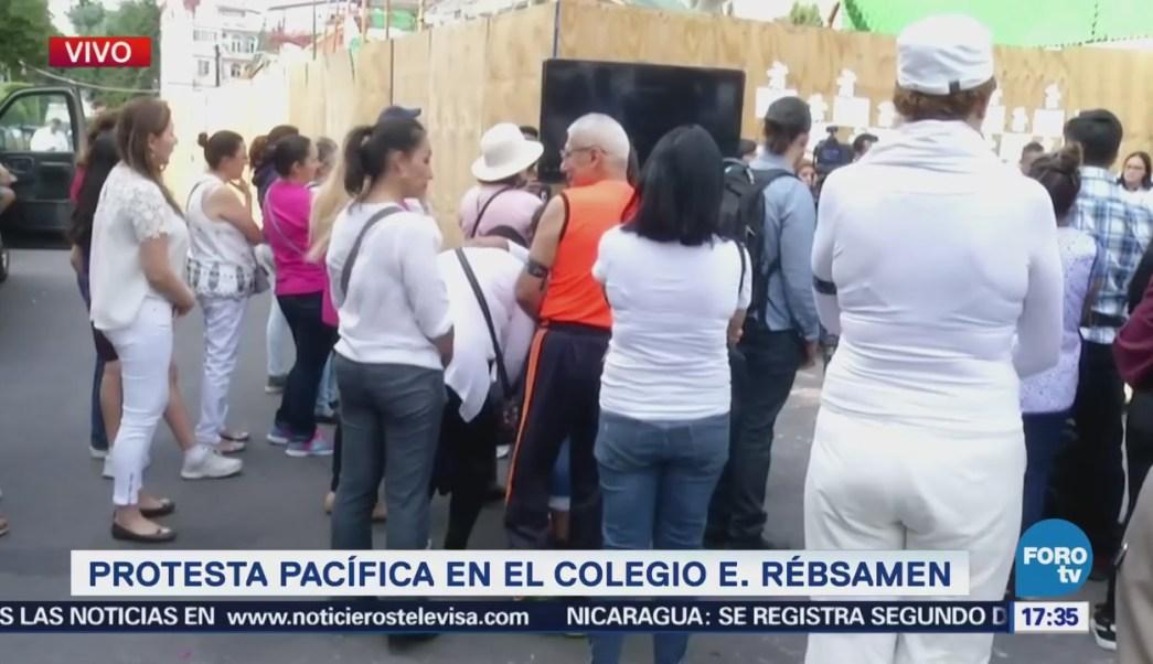 Protesta pacífica en el Colegio Rébsamen
