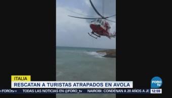 Rescatistas salvan a dos turistas atrapados en una roca en medio del mar en Italia
