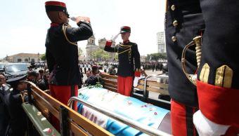 Restos del expresidente de Guatemala Arzú llegan al Palacio para honores