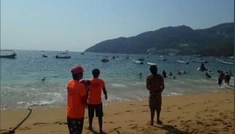 Refuerzan vigilancia en playas de Acapulco por oleaje elevado