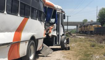 Chofer de transporte de personal intenta ganarle paso al tren