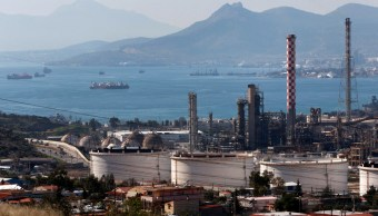 Refinerías de petróleo helénico en la ciudad de Aspropyrgos
