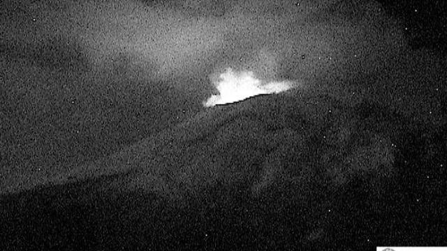 Volcán Popocatépetl amanece con incandescencia