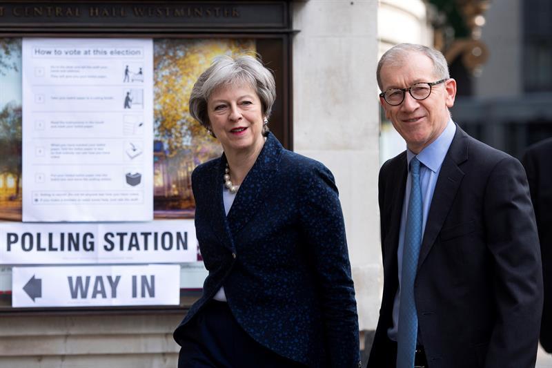 Inglaterra celebra comicios que probarán nivel de apoyo para Theresa May