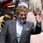 Elton John canta en la recepción de la boda real
