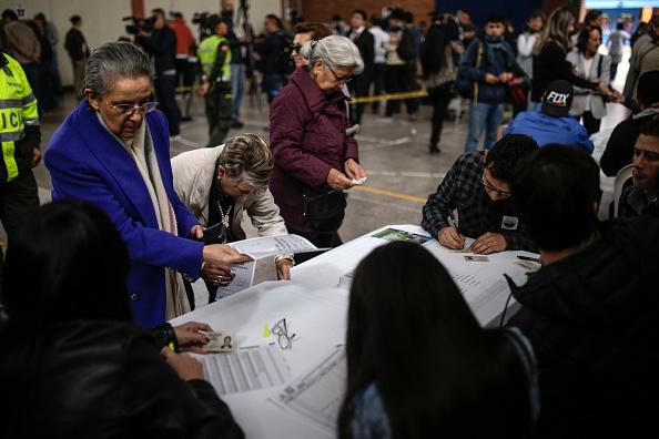 Elecciones en Colombia avanzan con afluencia masiva