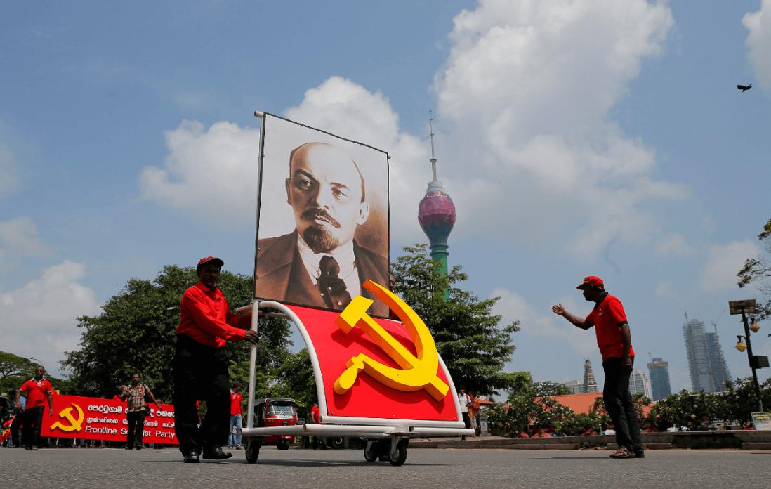 Activistas en Sri Lanka trasportan una imagen de Vladimir Lenin. (AP)
