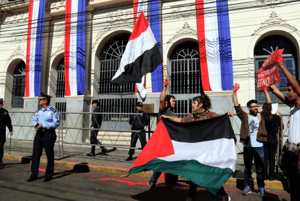 Activistas propalestinos protestan frente a la Cancillería paraguaya en Asunción. (EFE)