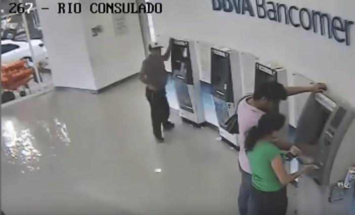 A punta de pistola asaltan a pareja en Azcapotzalco