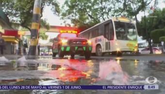 Bomberos atienden fuga de agua en calzada de Tlalpan