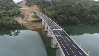 Peña Nieto entrega carretera y supervisa obra de puerto en Veracruz