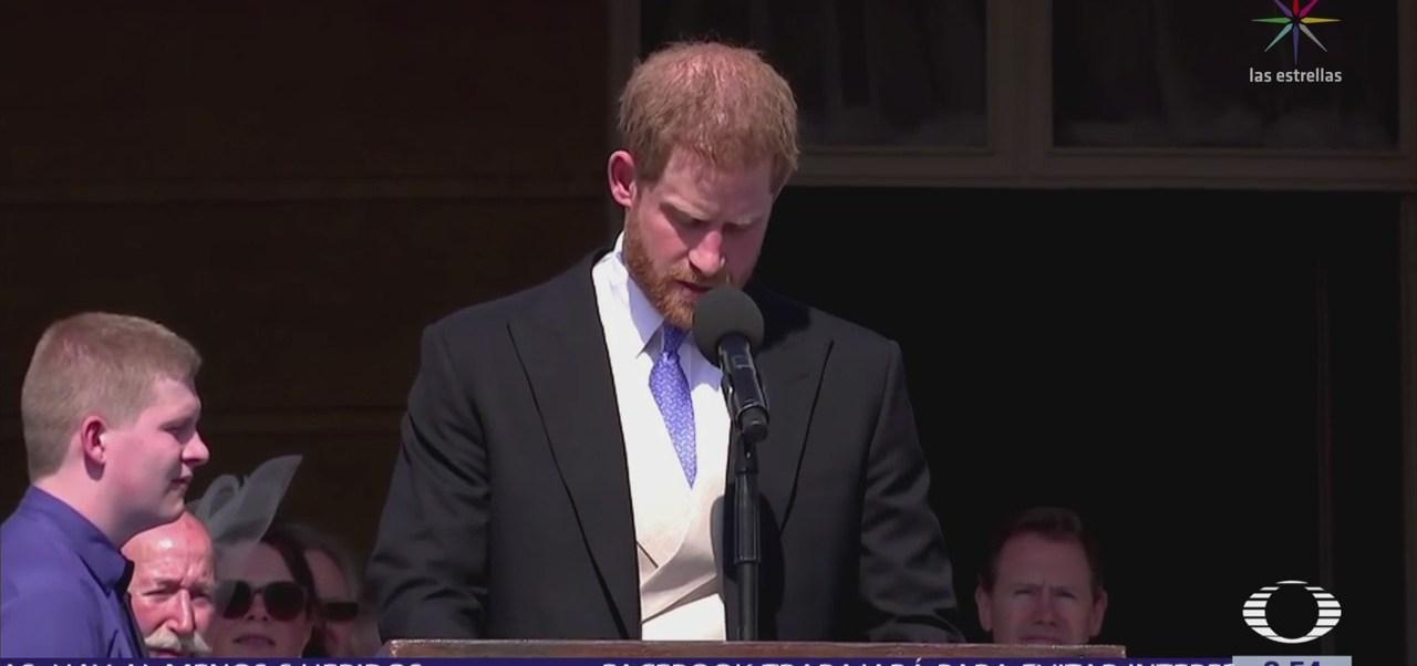 Duque de Sussex ahuyenta abeja durante primera aparición con Meghan