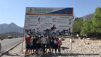 Estudiantes de prepa de la Huasteca limpian graffitis de las montañas