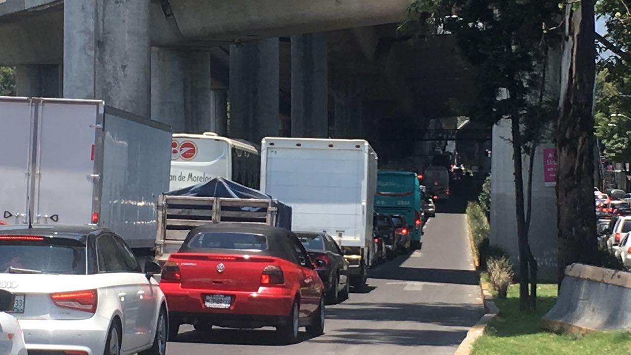 Fila de autos sobre Viaducto Tlalpan, sur de la CDMX