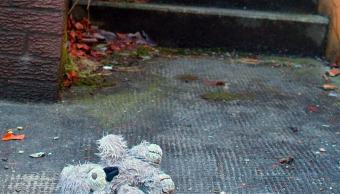 foto-juguete-abandonado-sucio-calle-analogia-violencia-abuso-menores