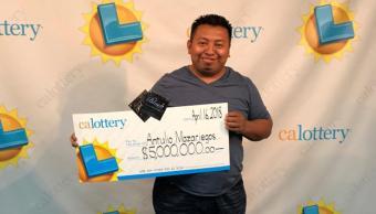 antulio-mazariegos-sostiene-billete-loteria-ganador-en-california-6-millones-de-premio