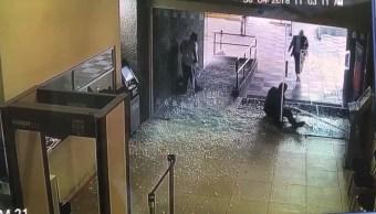 hombre se estrella contra puerta cristal en congreso de nuevo león